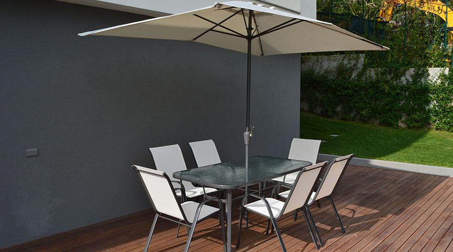 arredare un terrazzo con ombrellone tavolo sedie