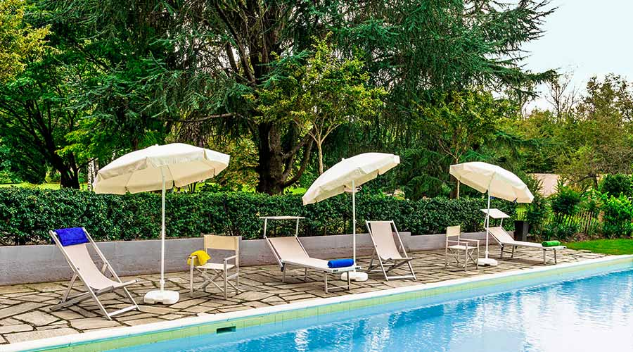 ombrelloni e lettini per arredare giardino con piscina